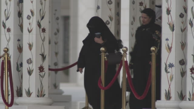 MS Visitors at entrance sheikh zayed mosque / Abu Dhabi, United Arab Emirates