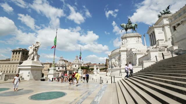 Vittorio Emanuele-Denkmal in Rom und italienischer Flagge