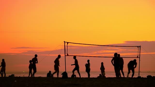 Volley sulla spiaggia di tramonto