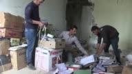 Voluntarios intentan salvar lo que quedo de la universidad de Mosul el campus esta practicamente destruido por los combates entre las fuerzas...