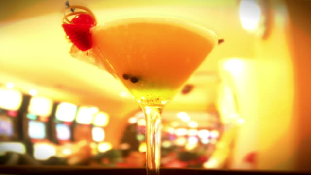 Kellner bietet Getränke in der Bar