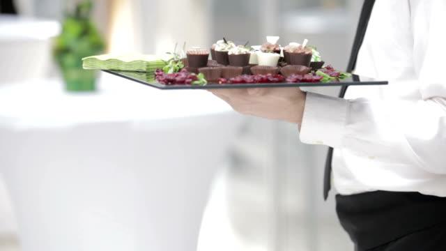 Cameriere che serve cibo