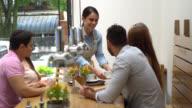 Kellnerin, eine Reihenfolge der Cappuccino für eine Gruppe von Freunden