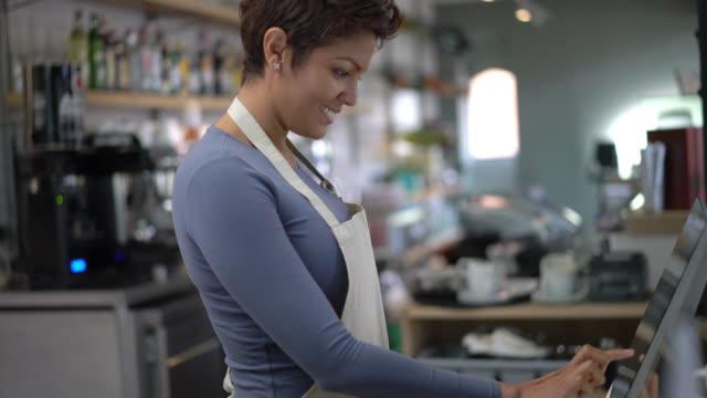 Kellnerin Inventar zu tun und es auf dem System melden