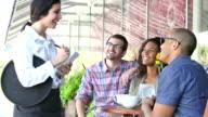 Kellnerin im Straßencafe unter Kundenbestellungen