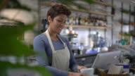 Kellnerin organisieren eine Regal dann zu Fuß und mit Blick auf das system