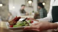 Kellnerin Abholung Essen