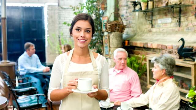 Kellnerin serviert Tische in einem coffee shop