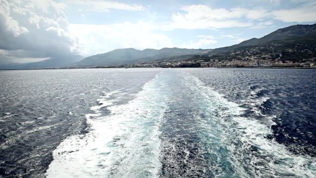 Scia di un traghetto nave lasciando Bastia harbor