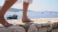 SLO, MO, Barfußlaufen auf einem pier aus Stein