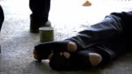 HD SUPER SLOW-MOTION: Piedi da un senzatetto persona