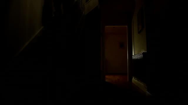 Cammina giù per le scale in oscurità.