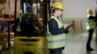 Warehouse Mitarbeiter über einen Tablet PC