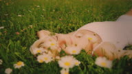 HD DOLLY: Warmen Farbtönen Junge Frau im Gras