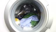 Waschmaschine und farbenfrohe Wäscherei