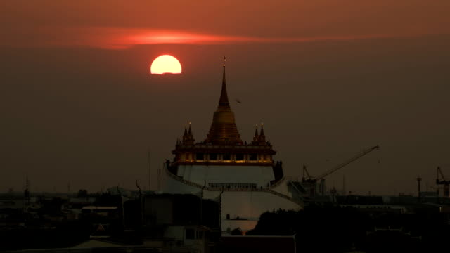 TL D2N LD Wat Sraket Rajavaravihara Golden Mount sun moving behind the temple.