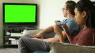 Fernsehen, im Internet surfen. Paar zu Hause fühlen.