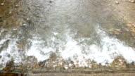 water stroomt over de dam
