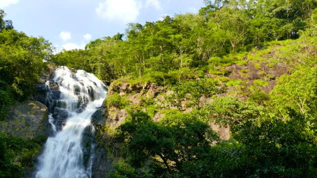 Wasserfall im tropischen Paradies