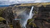 Waterval storten uit een hoog plateau in massale canyon