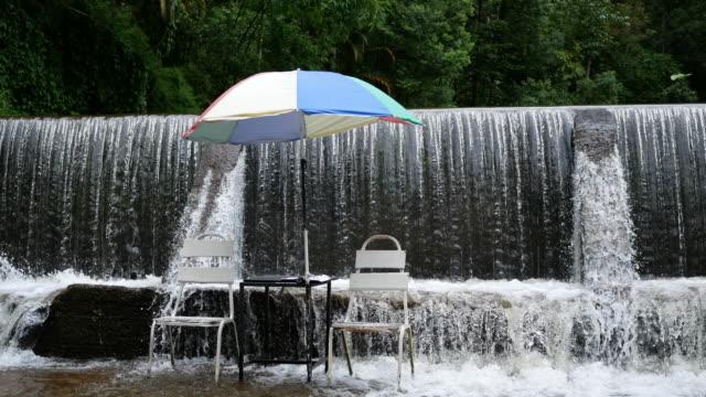 Wasserfall mit Stuhl