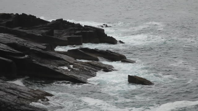 MH LD Waves Crashing Against Rocks / Ireland