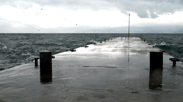 HD: Waves hitting the Pier