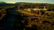 """""""Weclome naar Pennsylvania"""" bezoekerscentrum in de buurt van worden met het I-80 Columbus snelweg in de buurt van door Delaware Water Gap, aan de grens tussen New Jersey en Pennsylvania. Luchtfoto drone-videobeelden."""