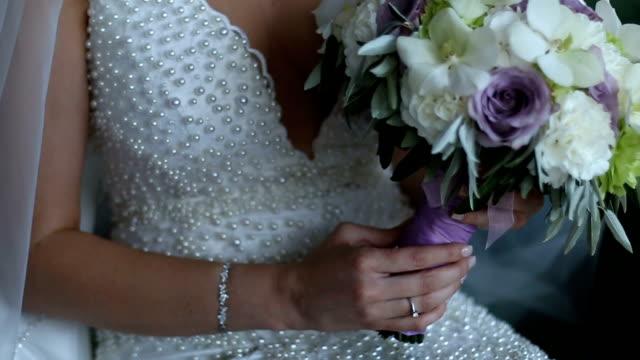 Bruiloft boeket in handen van de bruid