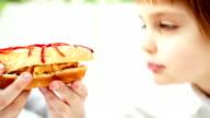 Piccolo ragazzo con sandwich