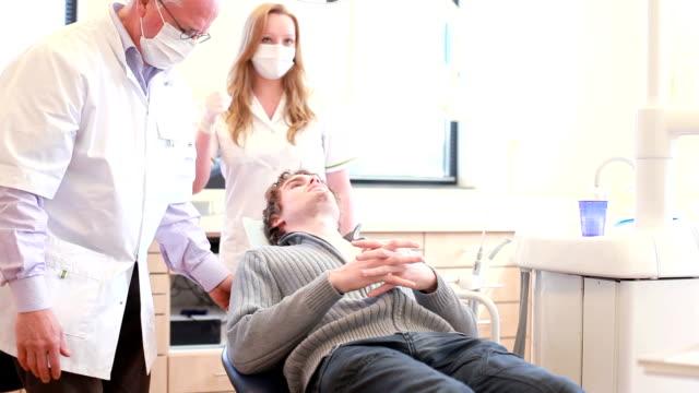 Einladende patient in zahnärztliche Büro mit einem Händedruck.