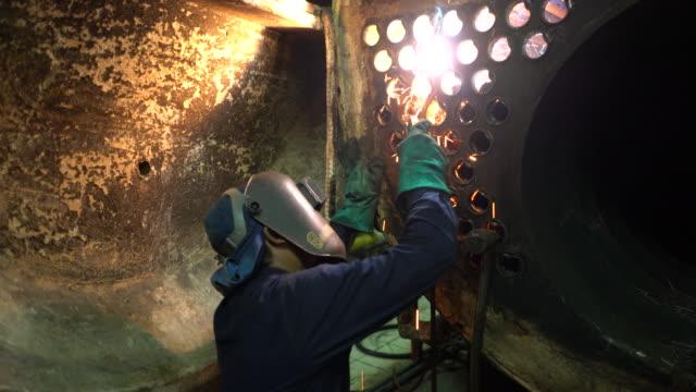 Schweißer bei der Arbeit im Kessel Industrie.