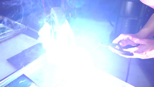 Schweißer Arbeiten in der Metallindustrie