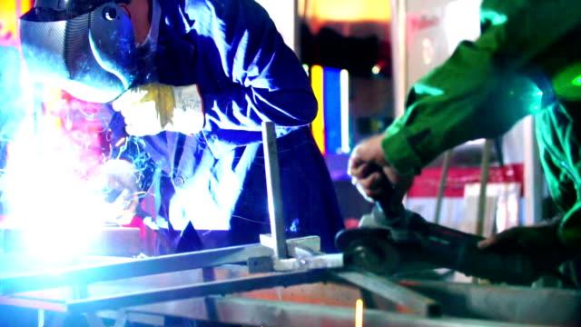 Svetsning och slipning metall på en fabrik.