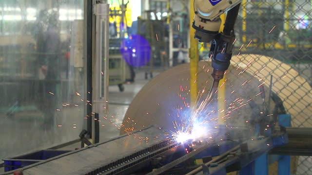 Lasrobots vertegenwoordigen de beweging. In de auto-onderdelen-industrie.