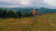 Goed uitgeruste vrouwelijke wandelen op de berg