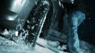 SLO MO wiel van een auto vast te zitten in de sneeuw spinning