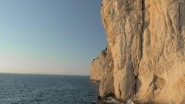 Luchtfoto witte cliff schijnt in de zon boven zee