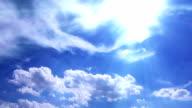 Weißen Kumuluswolken und Zirrostratus Wolken in sun beam