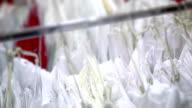 Weißen Kleider auf dem Bügel in den store