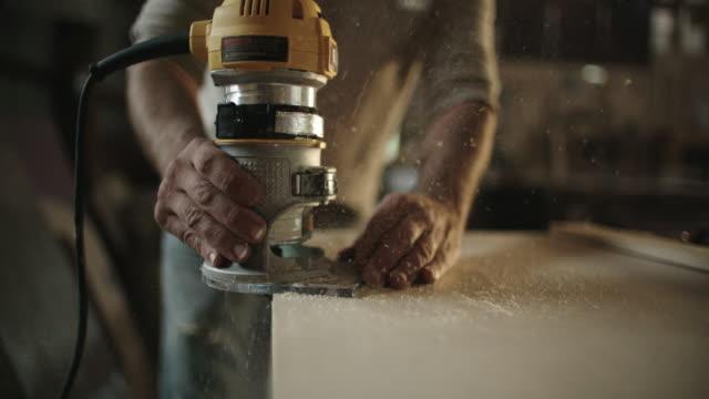 Witte mannelijke Carpenter in zijn veertig-Routers een stuk hout