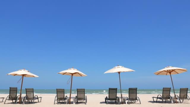 Weißen Sonnenschirm und Strandstühle