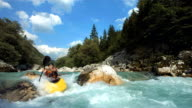 HD-ZEITLUPE: Wildwasser-Kajakfahrer Running den Slalom-Golfplatz