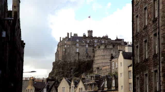 Weitwinkelaufnahme von Edinburgh castle und die skyline von dem Grassmarket