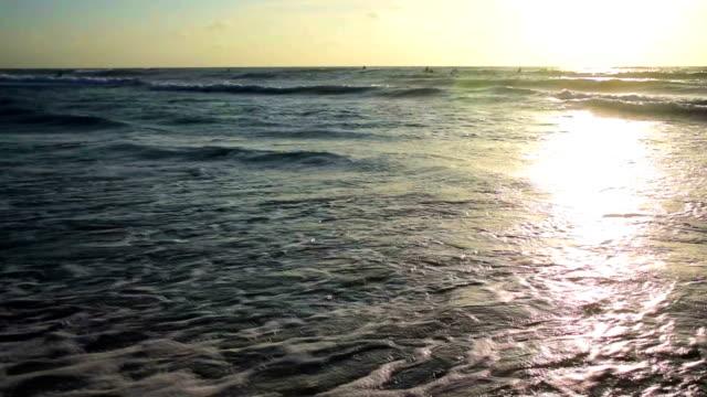 Blick auf die Wellen schlugen über Padre Island Strand mit Surfer und Menschen, die in den Tag