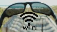 W-LAN-hotspot Sonnenbrillen am Strand-Technologie und Kommunikation