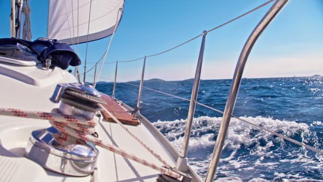 SLO MO Lier op het dek van een zeilboot