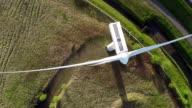 Aerial video von der wind generator/wind turbine