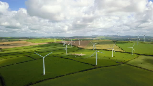 Wind-Turbine-Felder in Cornwall - 4K
