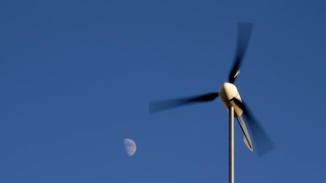 Turbina a vento con mezza luna HD